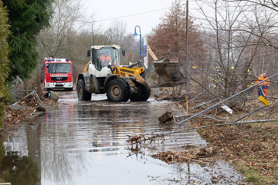 Gut eine Stunde nach der Flutwelle begannen bereits die Aufräumarbeiten.