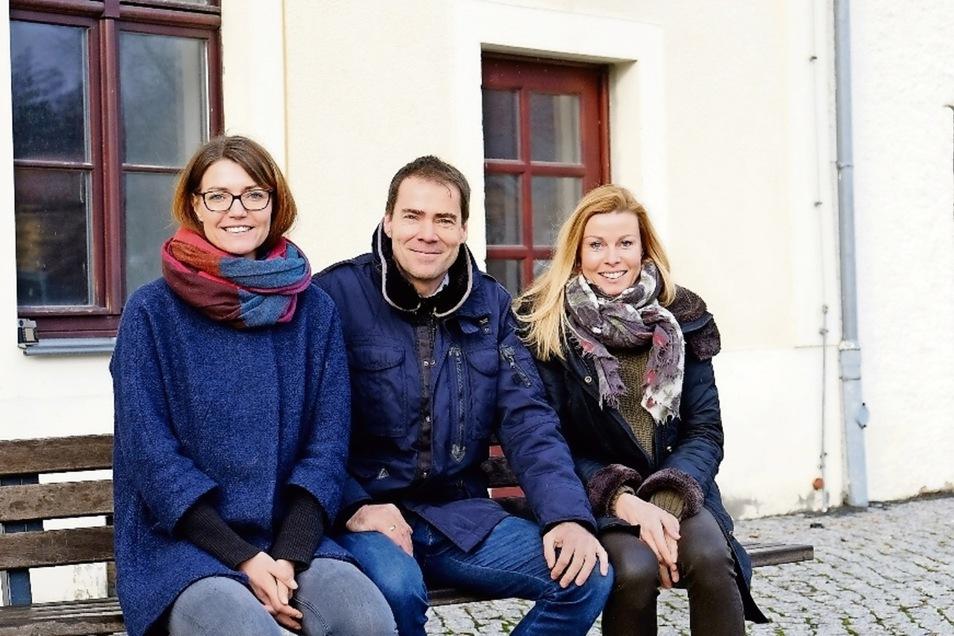 Kathrin Dobiéy mit ihrem Mann und Geschäftspartner Dirk Dobiéy und Mandy Köplin (v. l.) vom Beratungsunternehmen Age of Artists vor dem Rittergut Raußlitz.