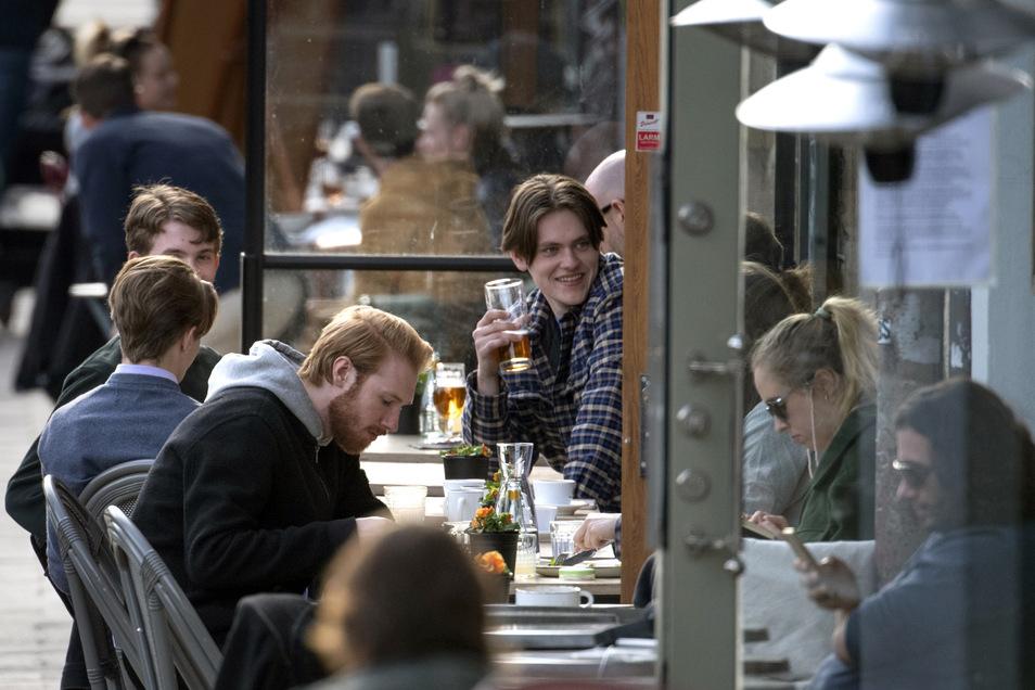 Mit Freunden im Restaurant sitzen? In Stockholm auch während der Pandemie nicht verboten.