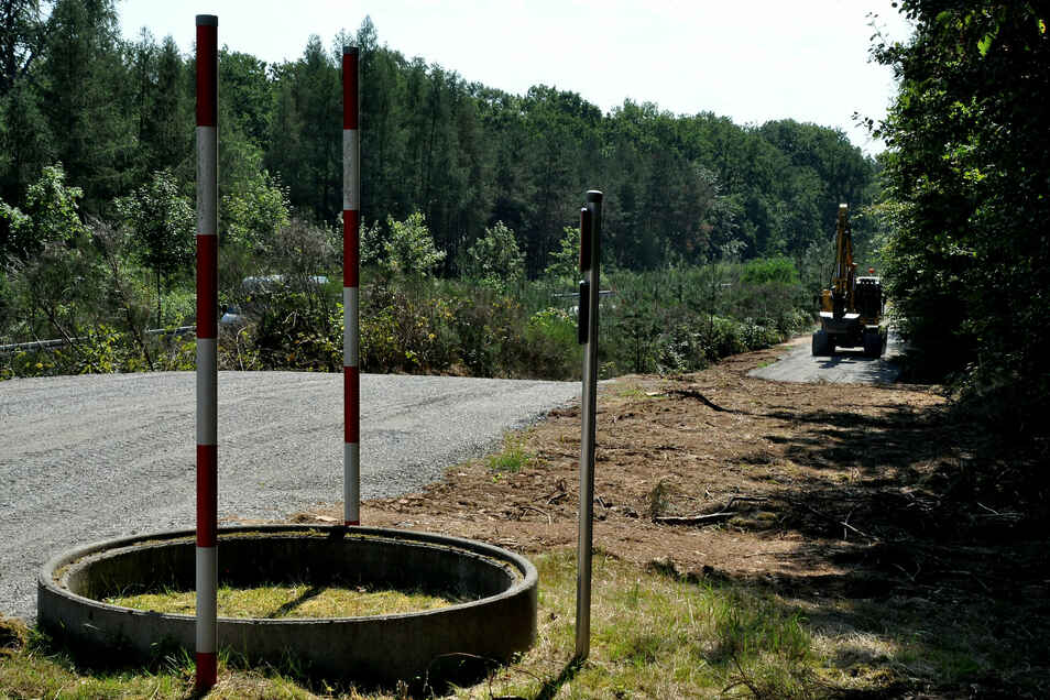 Parallel zur Staatsstraße 81 entsteht derzeit zwischen Auer und Friedewald ein neuer Waldweg. Er soll vor allem auch Radfahrern als sichere Alternative zu der vielbefahrenen Straße dienen.