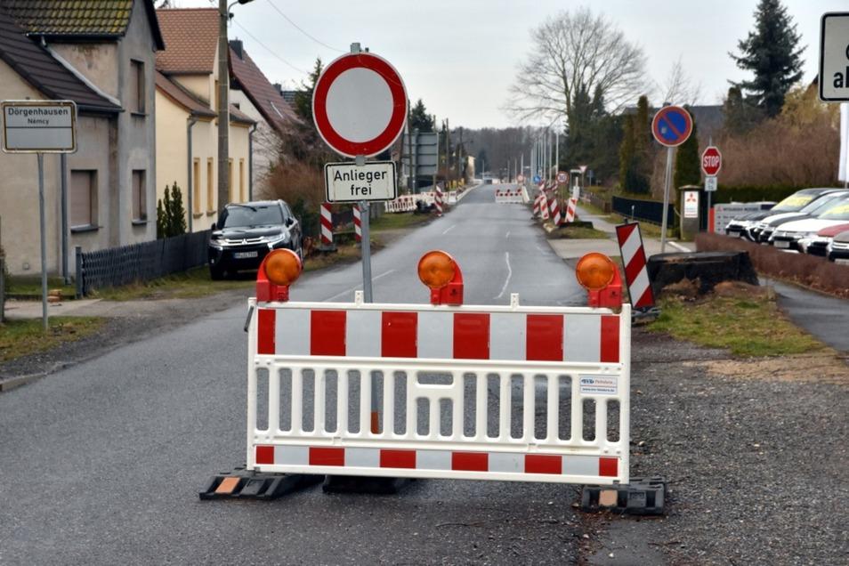 Die Bauarbeiten  auf der Wittichenauer Straße durchschneiden Dörgenhausen gewissermaßen in der Mitte.