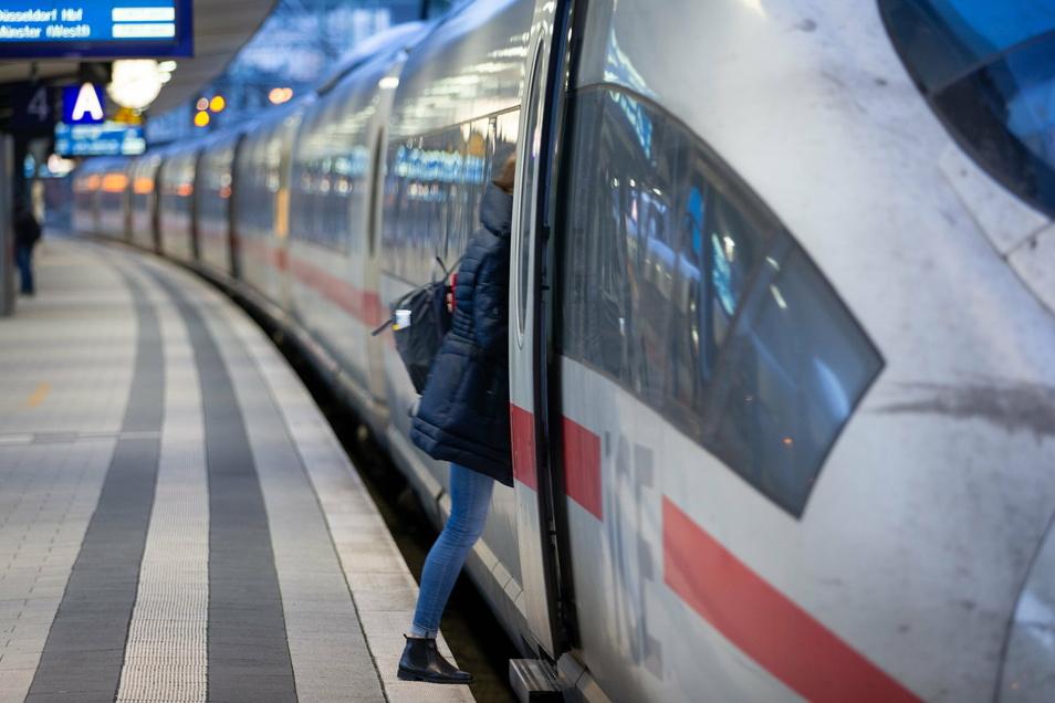 Ein ICE am Bahnhof in Bielefeld.