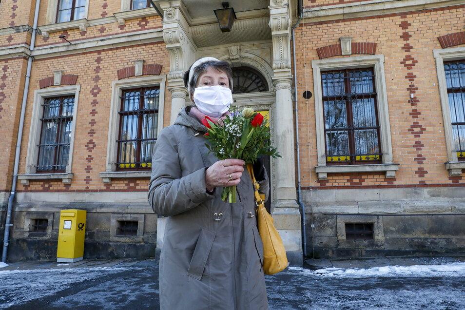 Ursula Hassa bedankte sich zum Abschied vor der Schließung mit Blumen bei den drei Frauen am Schalter.
