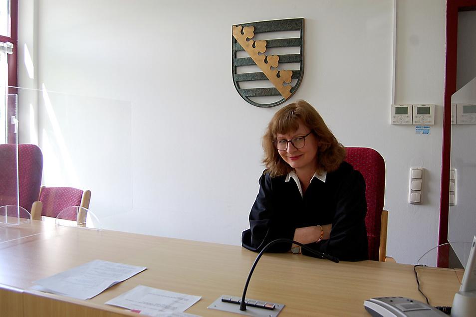 Nicole Jena ist die oberste Richterin in Hoyerswerda. Hier sitzt sie am Richtertisch in Saal 3 des Amtsgerichtes am Pforzheimer Platz.