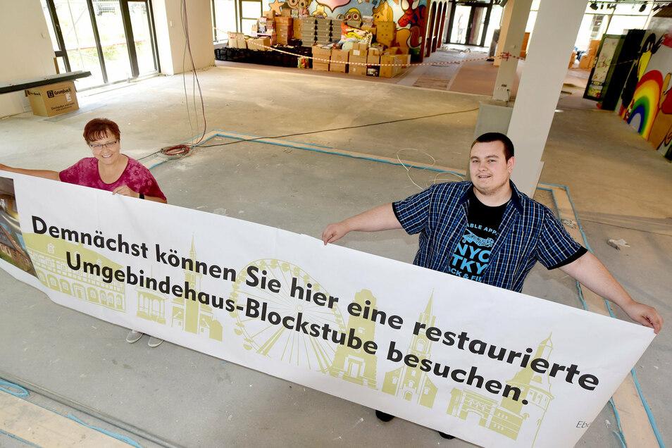 Bibliotheksleiterin Katja Hieke und Azubi Maurice Nesdropa zeigen, wo in der neuen Stadtbibliothek eine Blockstube gebaut werden soll.