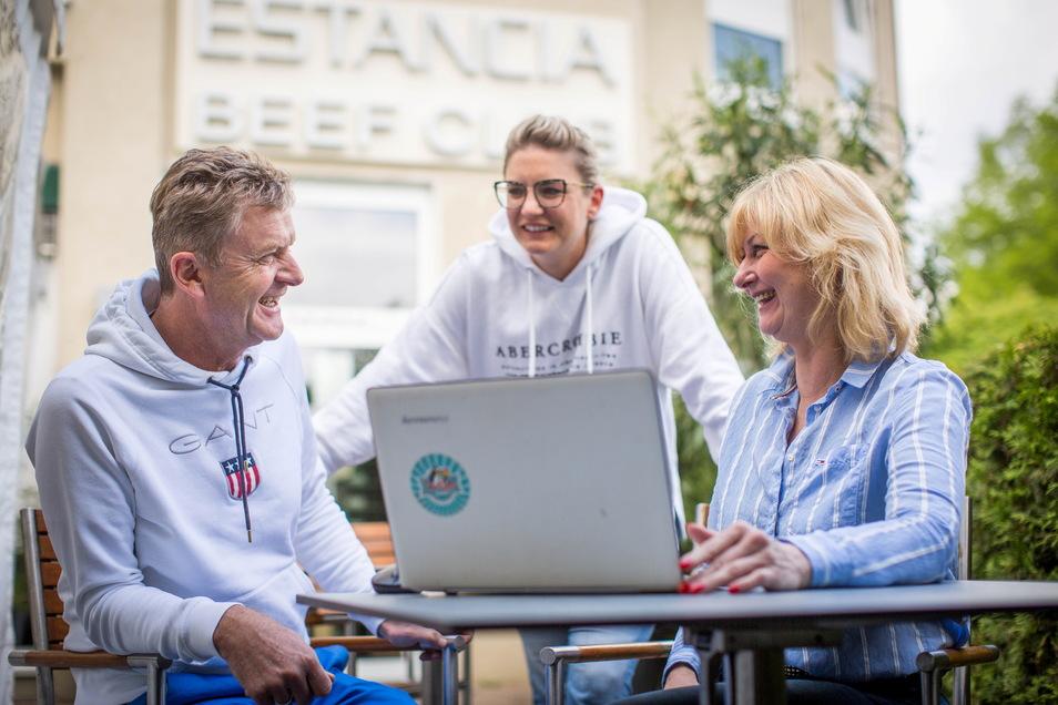 Steak-Wirt Steffen Zuber und seine Tochter Alisa (m.) lassen sich von Kathleen Parma in das gar nicht so große Geheimnis der Corona-App Pass4All einweihen.