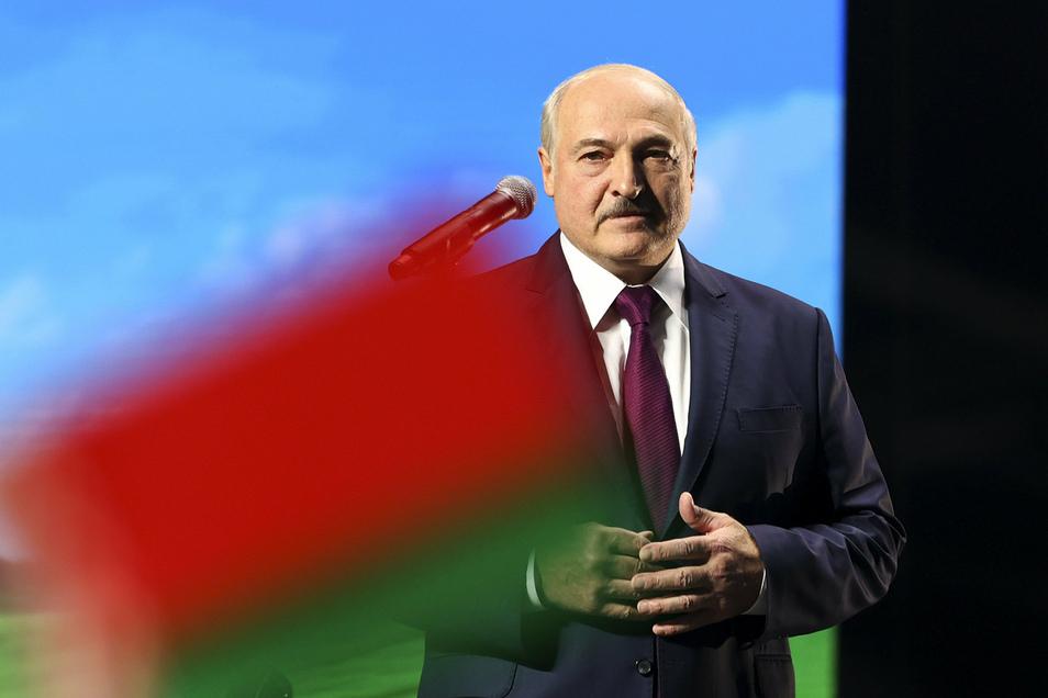 Belarus' Machthaber Lukaschenko lässt die Grenzen schließen und schickt Soldaten dorthin. In Litauen und der Ukraine laufen derzeit Nato-Manöver.