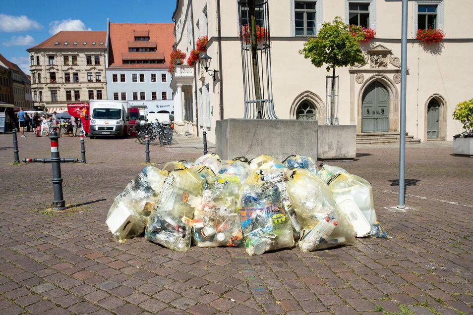 Gelbe Säcke im Sommer 2020 auf dem Pirnaer Markt: Es müffelt und verschandelt das Ortsbild.