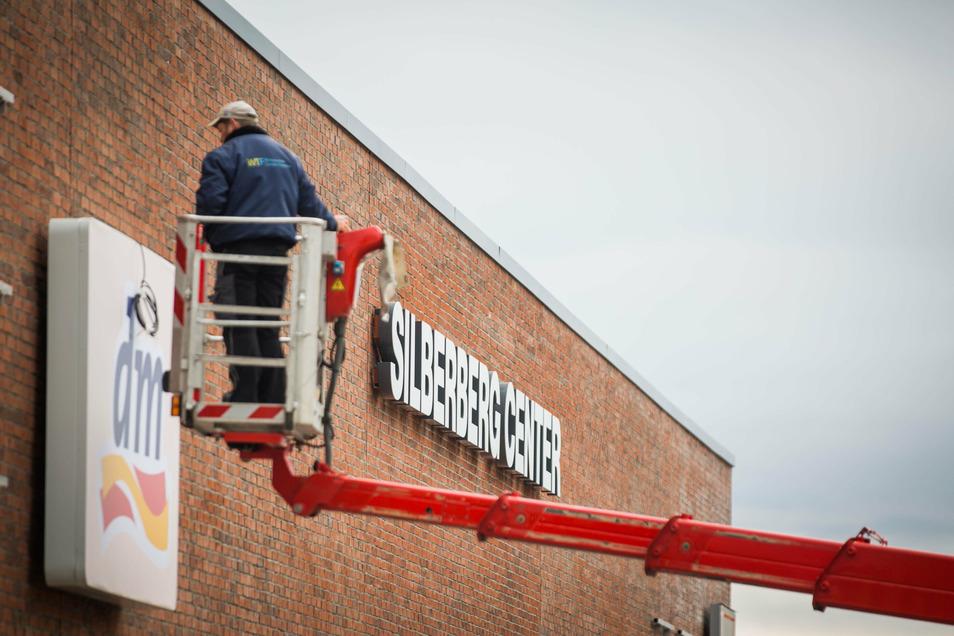Letzte Arbeiten am Silberberg Center in Radeberg: Die Filialen bringen die Logos an der Fassade an. Am 5. November findet die Eröffnung statt.