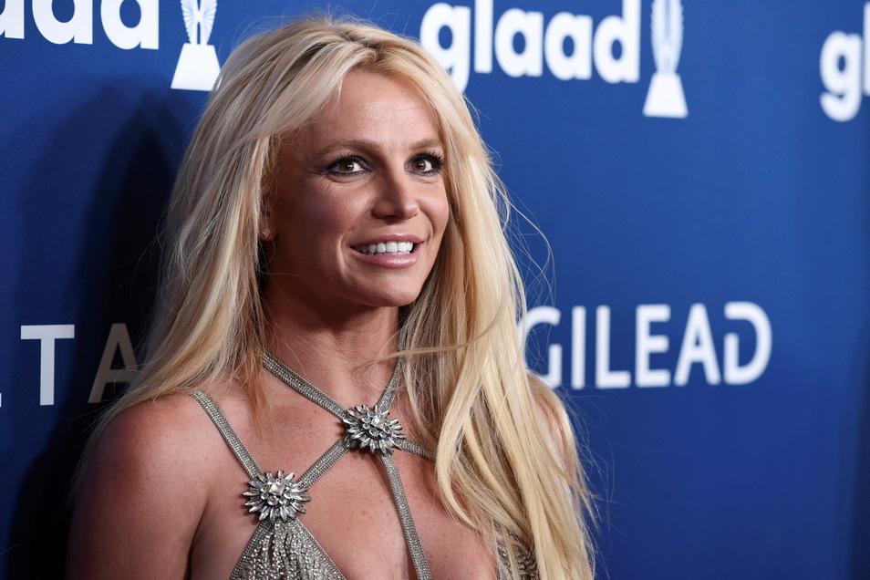 Mitten in einem tropischen Urlaub hat US-Popstar Britney Spears den Gerichtsentscheid über die Absetzung ihres Vaters als Vormund gefeiert.