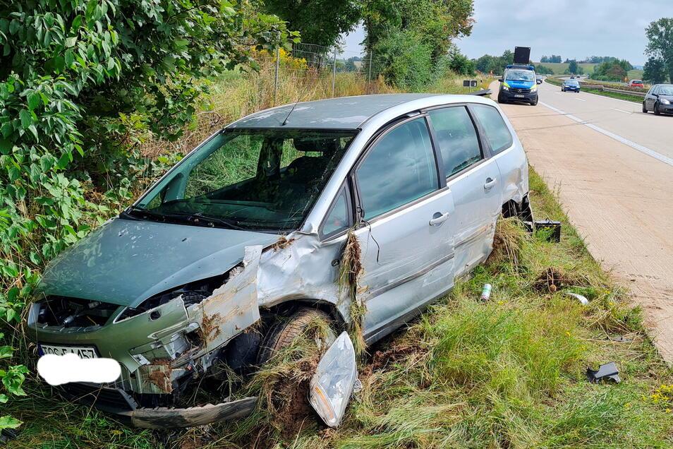 Ein polnischer Autofahrer ist am Sonntagvormittag mit seinem Kleinwagen erst in die Mittelleitplanke gefahren und dann im Straßengraben gelandet.