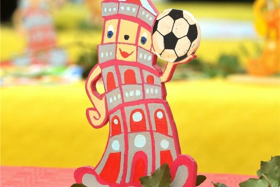Hübsches Detail: Die Kita hatte die Tische zur Einweihungsfete mit dem Löbauer Wahrzeichen, dem Gusseisernen Turm, als Laubsäge-Figur geschmückt.