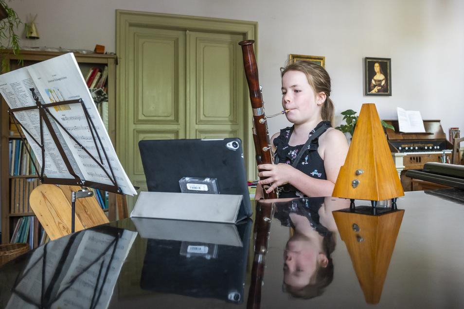 Schülerin Senta Kruppa beim digitalen Fagott-Unterricht.