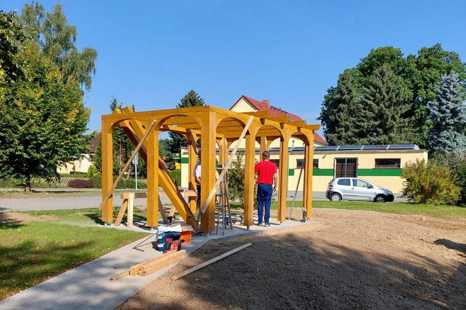 Auf dieser Aufnahme vom Aufbau der neuen Rasthütte ist gut zu erkennen, dass die typischen Oberlausitzer Umgebindehäuser als Vorbild für die Gestaltung der Holzkonstruktion dienten.