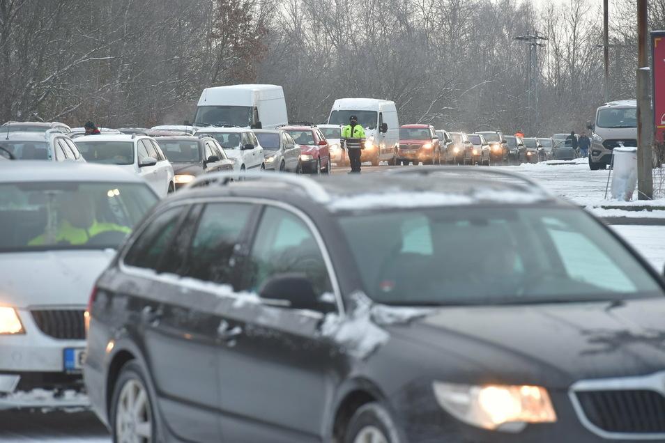 Der Verkehr bei Pomezí Nad Ohøí staut sich am Grenzübergang nach Bayern.