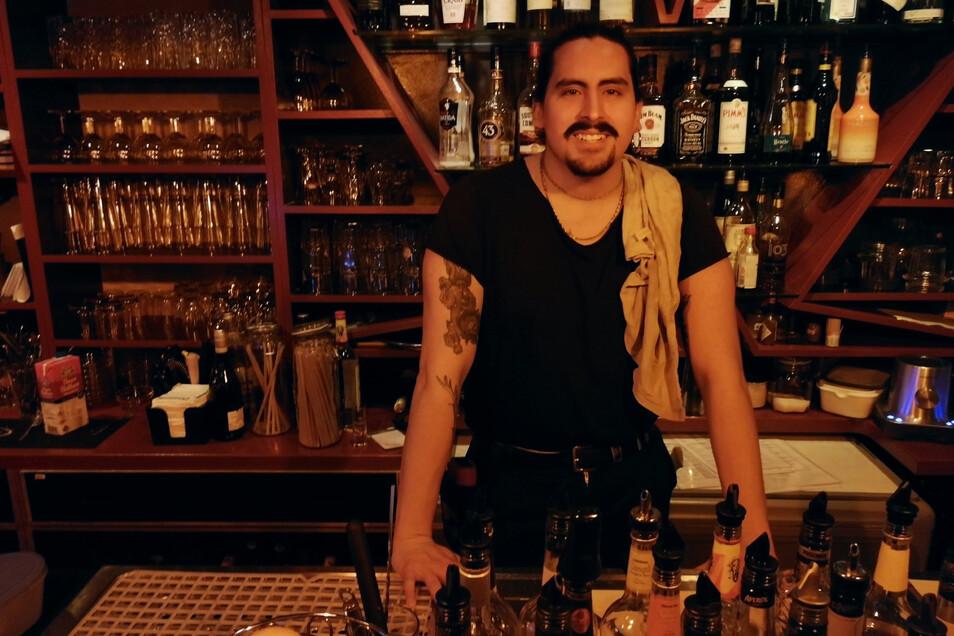 Nico arbeitet in einer Bar in der Görlitzer Straße. An den letzten Abenden fällt es ihm schwer, den Gästen letzte Biere zu verwehren. Auchnach der letzten Runde.