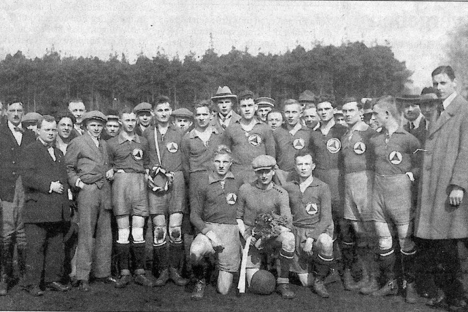 Achtmal errangen die Handballer des in Potschappel ansässigen Sportclubs Freital (später mit dem Deubener Verein zu 04 Freital vereinigt) den Titel eines Ostsachsenmeisters. Unser Foto zeigt die Meisterschaft nach dem siegreichen Endspiel von 1924.