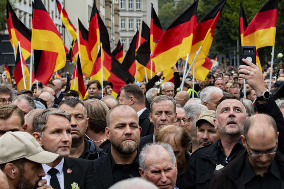 Der Freispruch von Pegida-Redner Siegfried Däbritz - unser Foto zeigt ihn auf einen sogenannten Trauermarsch in Chemnitz am 1. September 2018 zwischen dem Thüringer AfD-Rechtsaußen Björn Höcke (l.) und Pegida-Anführer Lutz Bachmann (r.) - ist nicht rechts