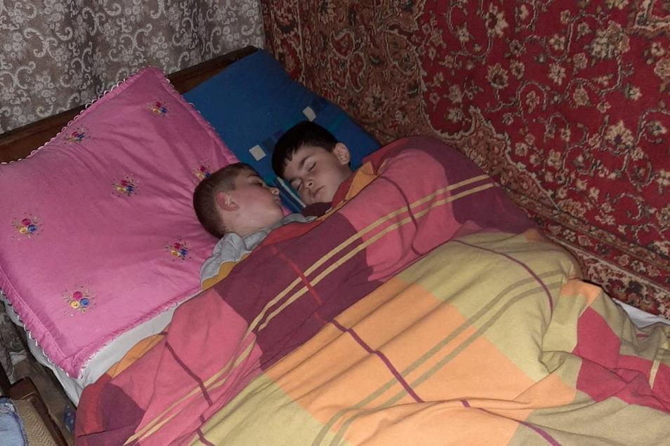 Zwei der sieben Kinder von der nach Georgien abgeschobenen Familie Imerlishvili teilen sich ein Matratzenlager.