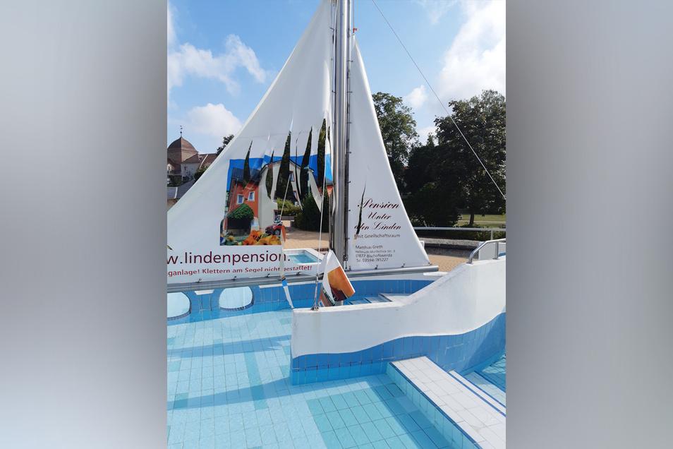 Das Segel des Piratenschiffes im Planschbecken des Bischofswerdaer Bades wurde am Wochenende zerschnitten. Die Täter sind unbekannt.