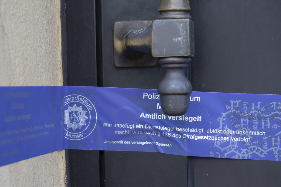 Ein Siegel des Polizeipräsidiums Münster klebt an einer Haustür im brandenburgischen Finowfurt, einem Ortsteil der Gemeinde Schorfheide.