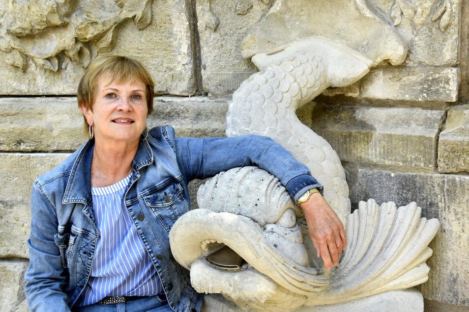 Margot Schwab vom Amt für Stadtgrün ist für Dresdens Brunnen zuständig. Aus dem Fisch neben ihr wird in Gönnsdorf bald wieder Wasser sprudeln.