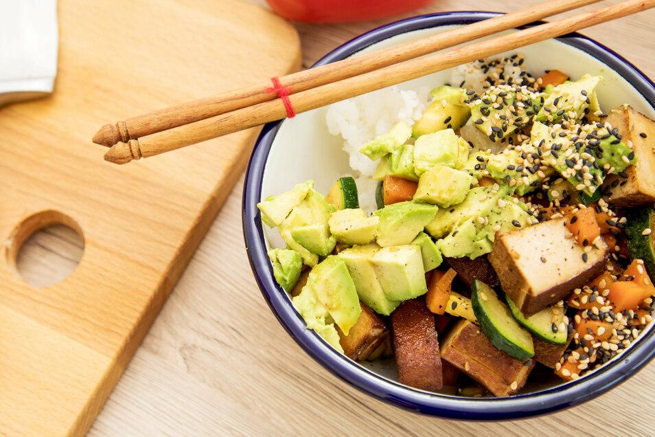 Aus Tofu, Avocado und anderen Zutaten lässt sich eine schmackhafte Bowl zubereiten.