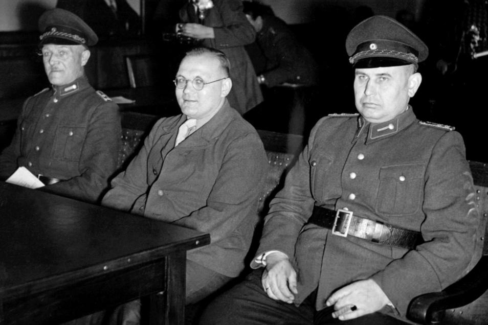 Für neun Morde wurde Rudolf Pleil verurteilt, hier 1950 im Saal des Gerichts von Braunschweig. Er selbst hat behauptet, es seien genau 40 gewesen.