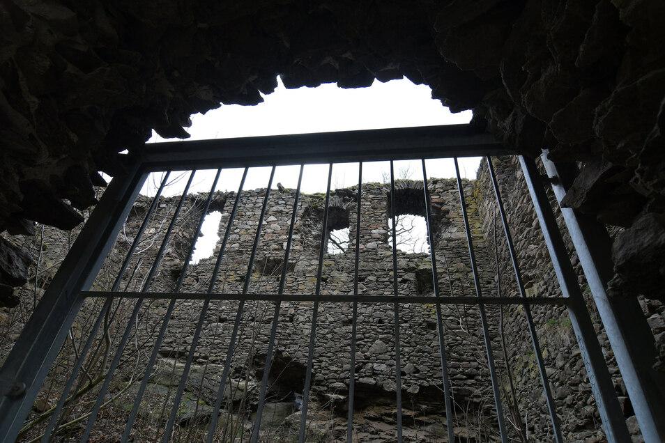 Die Burgruine Kempe in Mahlitzsch. Die Reste des spätmittelalterlichen Baus über der Freiberger Mulde und unmittelbar neben der ehemaligen Bahnstrecke Döbeln-Meißen ziehen noch immer Neugierige an. Vermutlich auch am 13. September.