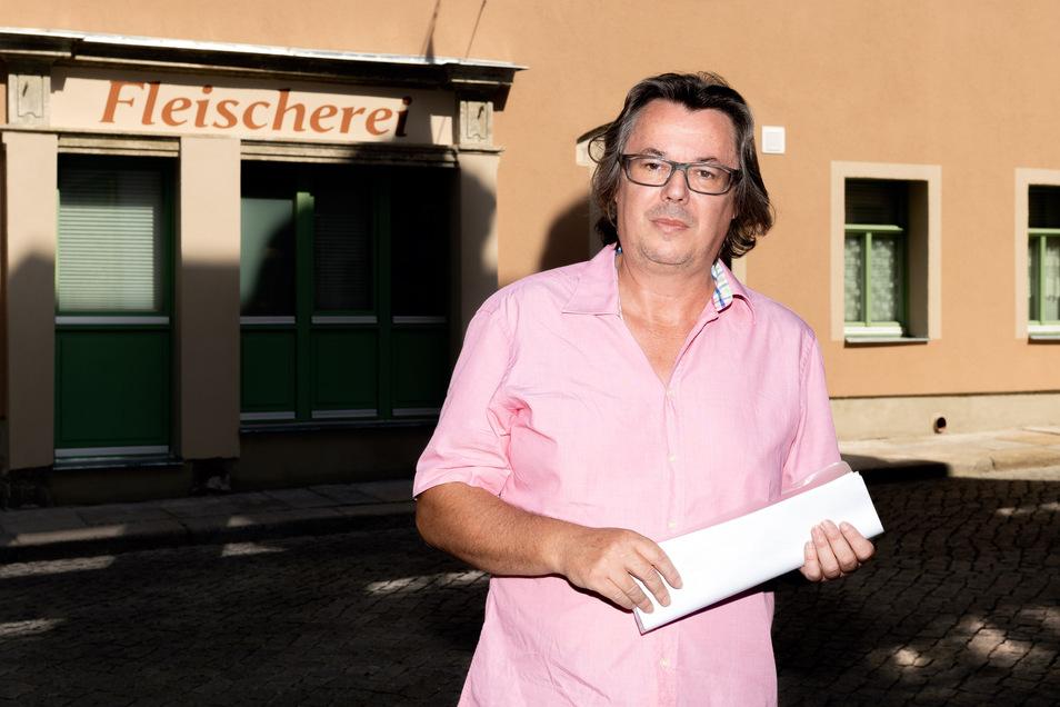 Tobias Hölzer, Chef einer Bauträgergesellschaft aus Dresden, vor seinem ersten Projekt in Bischofswerda - dem sanierten Haus Dresdner Straße 18. Im Sommer 2019 freute er sich über den Abschluss der Arbeiten.