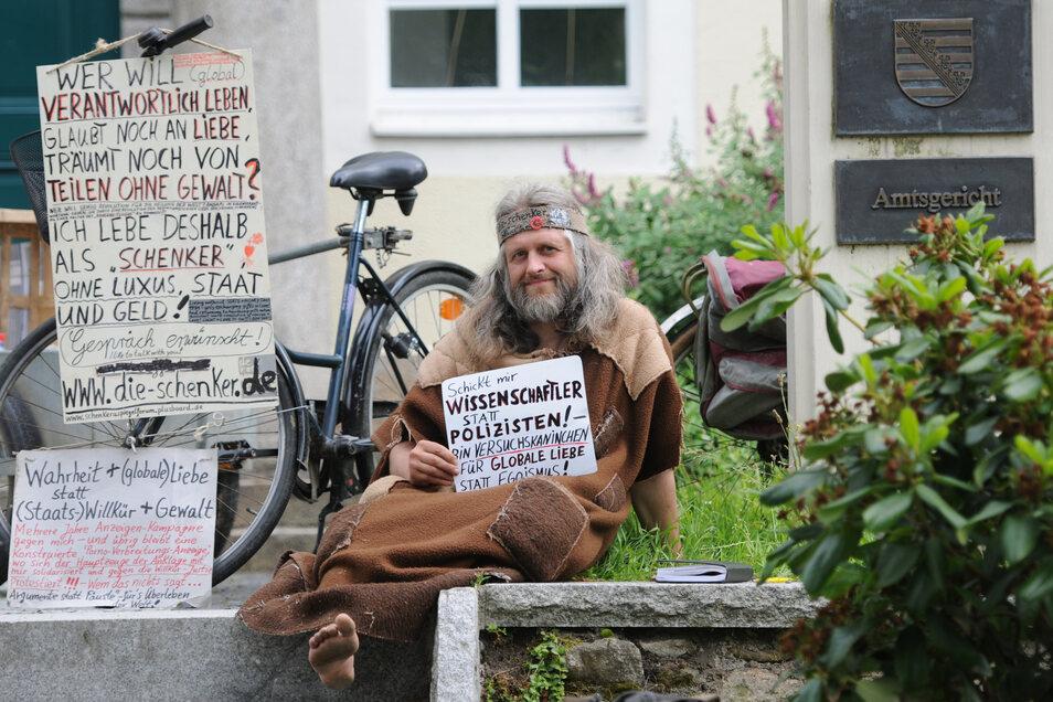 Auch Jürgen Wagner, Gründer der Schenker-Bewegung und bekannter als Waldmensch Öff!-Öff!, hat in Bautzen seine Anhänger. Darunter ist der Naturarzt Uwe Wilhelm Haspel vom Bautzner Frieden.