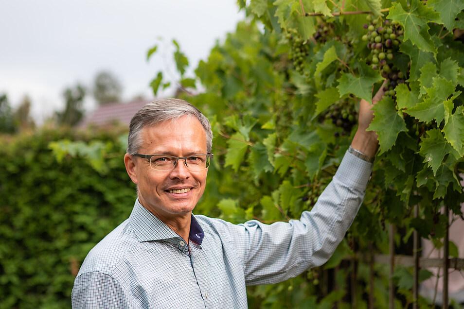 Auch Wein gibt es im Garten der Nasdalas. Mit seiner Frau und seinem Schwiegervater stellt Dirk Nasdala – wenn es lohnt – schon mal geistige Getränke her.
