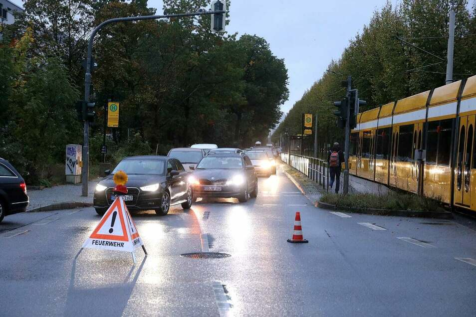 Autos mussten eine Umleitung nehmen, die Straßenbahnstrecke ist blockiert.