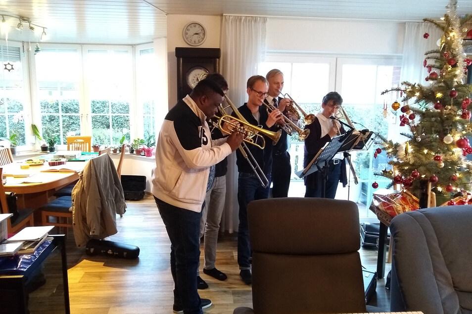 Lunya Ngwembele (l.) musizierte über Weihnachten mit der Familie von Diakonie-Chef Hans-Georg Müller (2.v.r.) in Skassa.