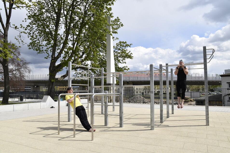 Fit in Löbtaus neuem Park: Die beiden Studenten Martin und Kolja trainieren oft auf der Anlage an der Tharandter Straße.