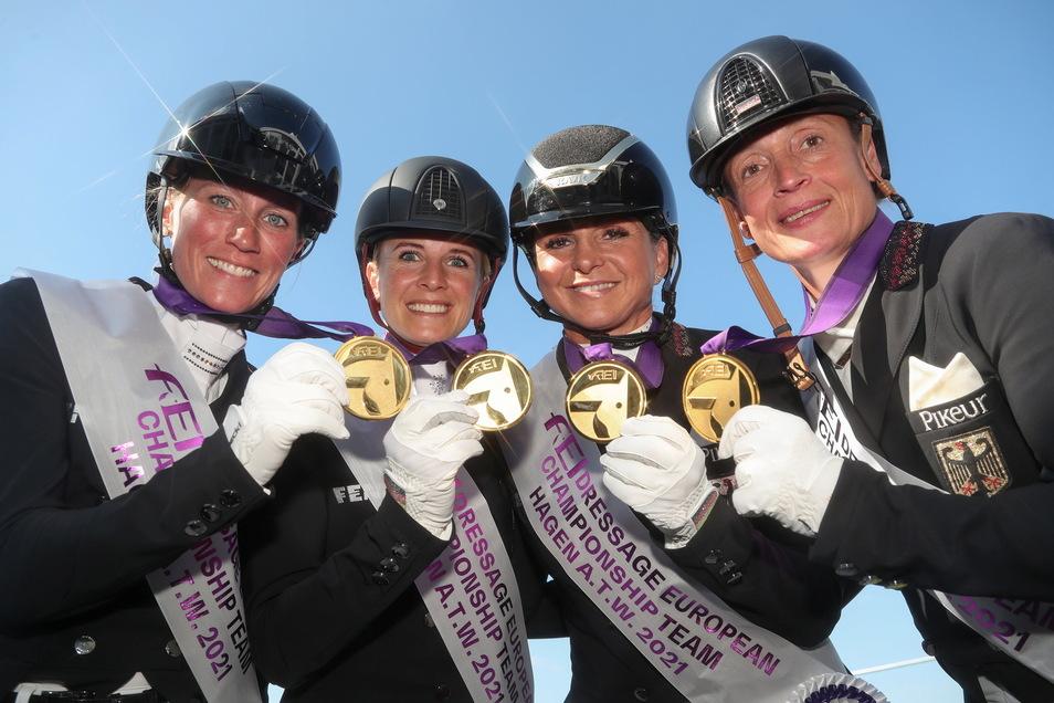 Dorothee Schneider (3. von links) posiert mit ihren Nationalmannschaftskameradinnen am Mittwoch nach der Siegerehrung für den Mannschafts-Europameistertitel. Am Sonnabend und Sonntag reitet sie in Görlitz.
