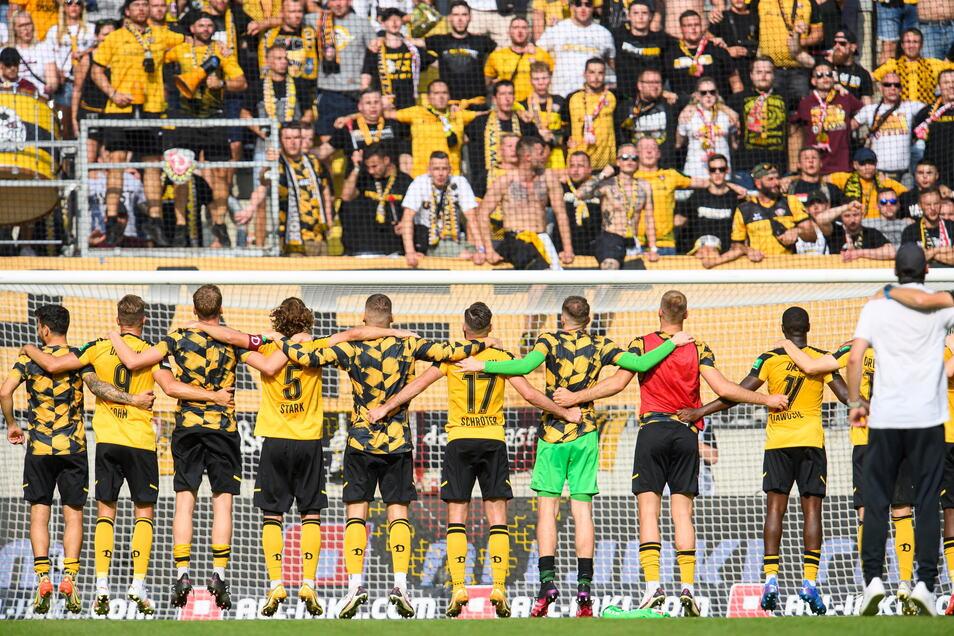 Im Dresdner Harbig-Stadion gilt die 3G-Regel, deshalb kann der K-Block maskenlos mit der Mannschaft feiern.