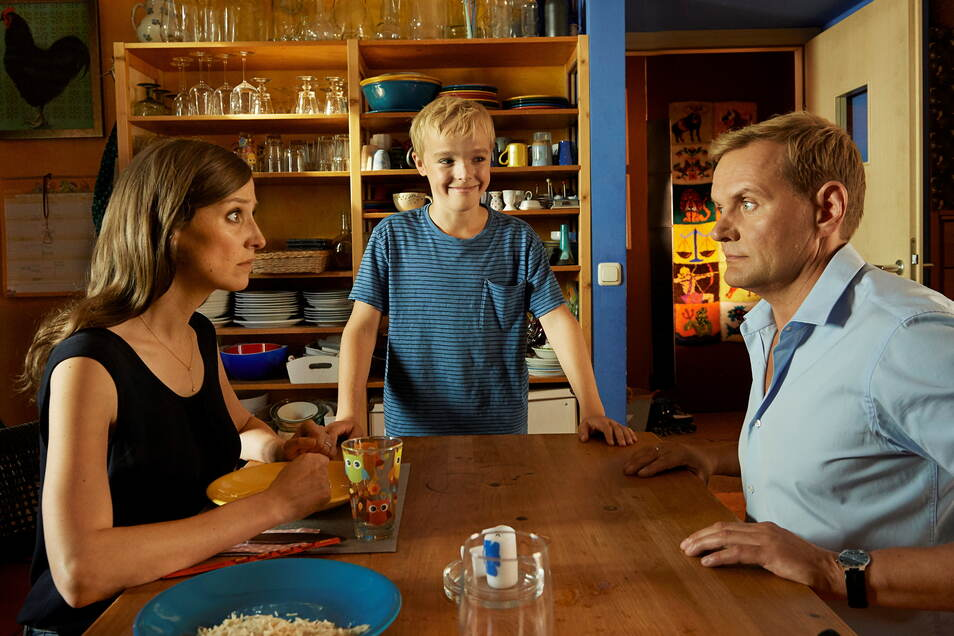 """Szene aus der Neuverfilmung von """"Alfons Zitterbacke"""" mit Tilman Döbler (M.) in der Titelrolle sowie Alexandra Maria Lara: als Mutter und Devid Striesow: als Vater Zitterbacke."""