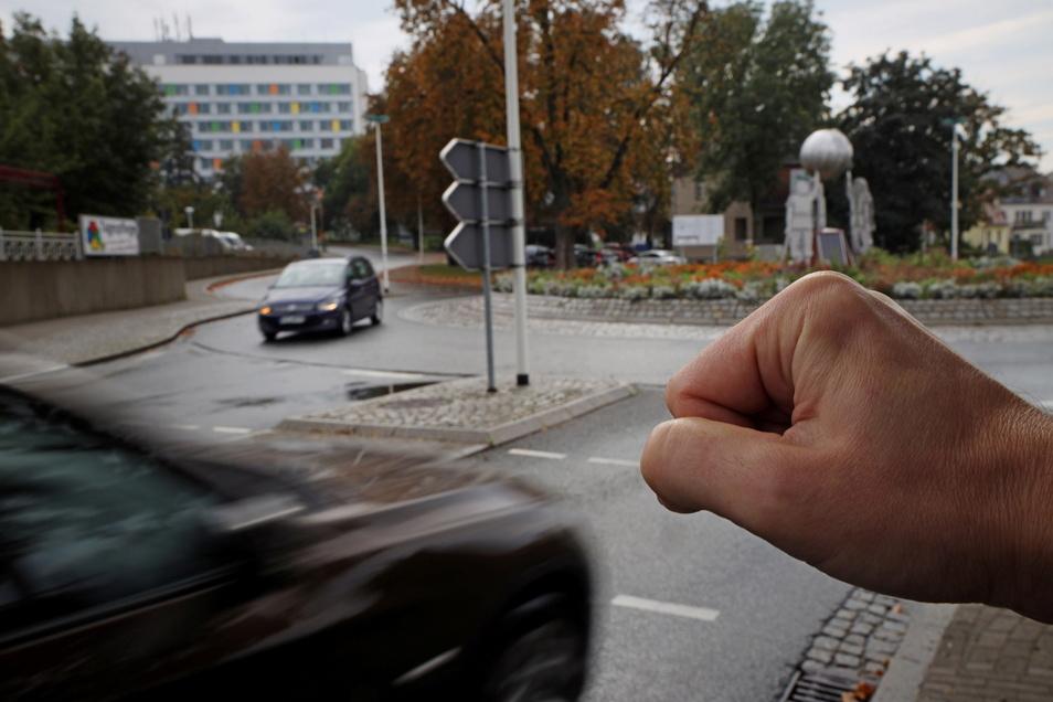 Immer mit der Faust ins Gesicht schlägt der Angeklagte. Auch einen Autofahrer an diesem Riesaer Kreisverkehr richtet er so zu.