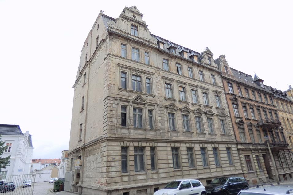 So grau sah das Gebäude vor Beginn der Sanierung aus. Der Eingang ist an der Giebelseite.