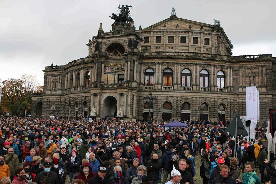 """Am 31. Oktober waren rund 4.000 Teilnehmer bei einer """"Querdenken""""-Demo in Dresden"""