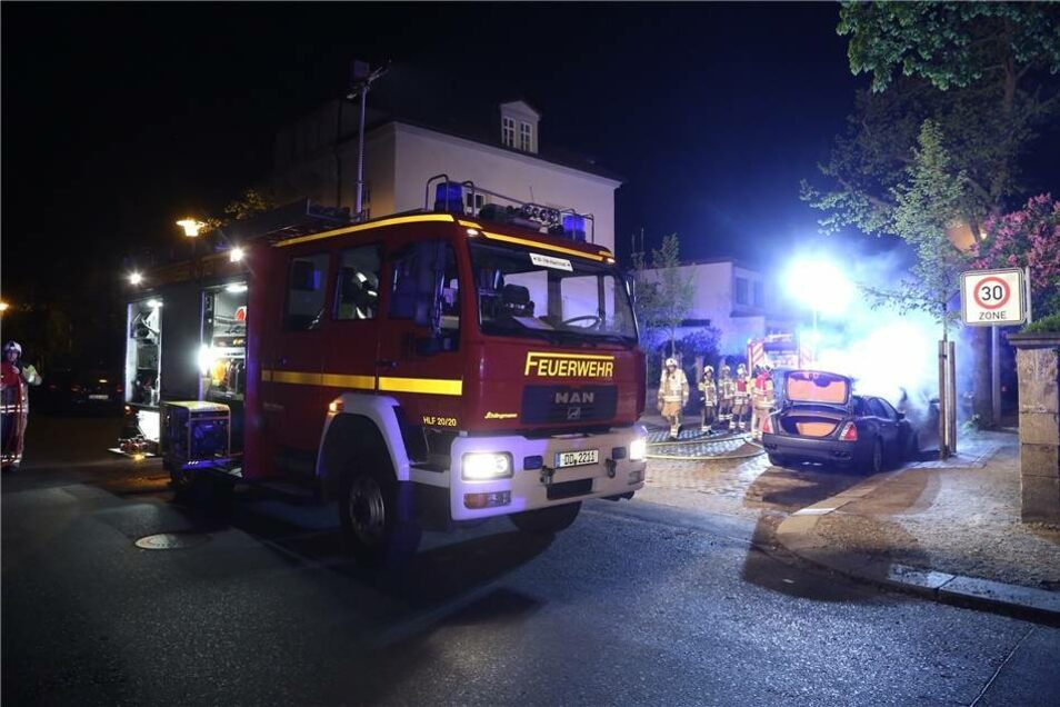 In der Nacht zum Sonntag wurde die Feuerwehr in die Radeberger Vorstadt gerufen: Dort standen ein Maserati und ein Jaguar in Flammen.