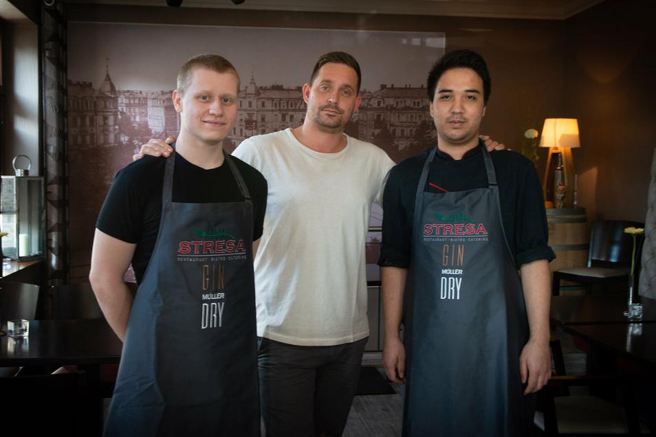 Chef Sebastian Böhme (34) und seine Azubis: links: Erik Rettschlag (23), Ali Abas (20),