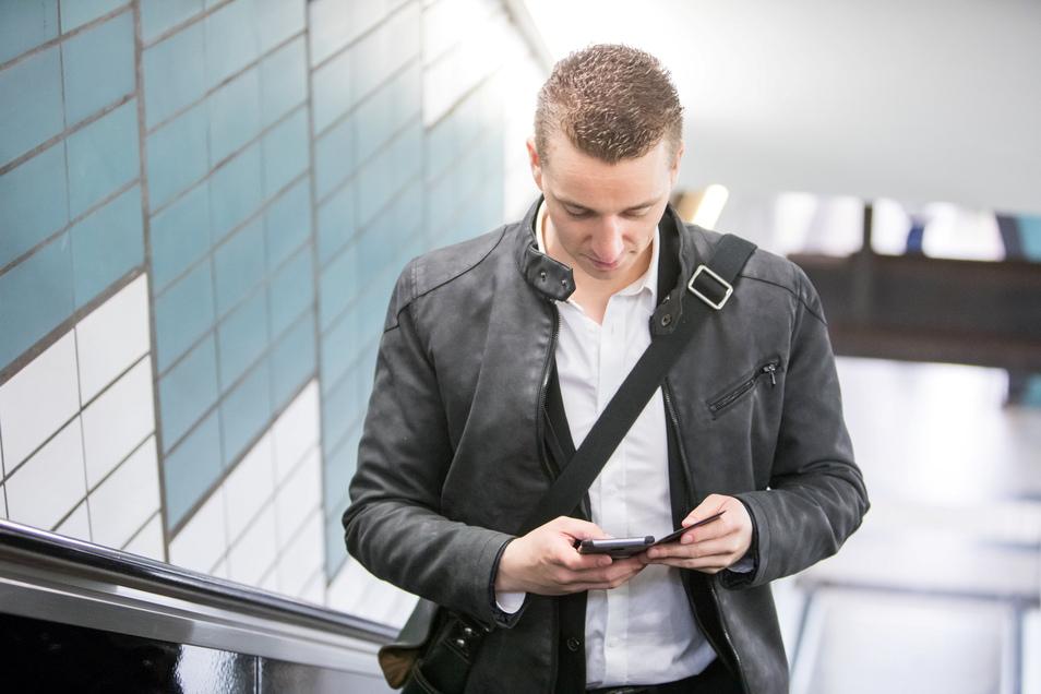 Nach unten auf das Display blicken, das ist die Haltung der Generation Smartphone. Den Nackenmuskeln gefällt das überhaupt nicht. Mit spürbaren Folgen.