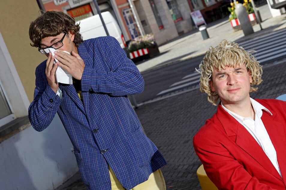 Christoph Walther (links) und Stefan Schramm machten vor ihrem geplanten Auftritt im Schloss Schönfeld Halt im heimatlichen Riesa. Scherze über Corona liegen ihnen fern. Aber manchmal können sie es nicht lassen