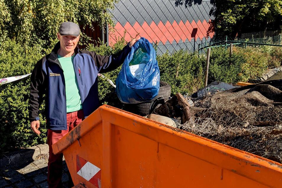 """Torsten König von der Initiative """"Ottendorf im Wandel"""" war bei der Sammelaktion dabei. Zwei Container wurden mit Müll gefüllt."""