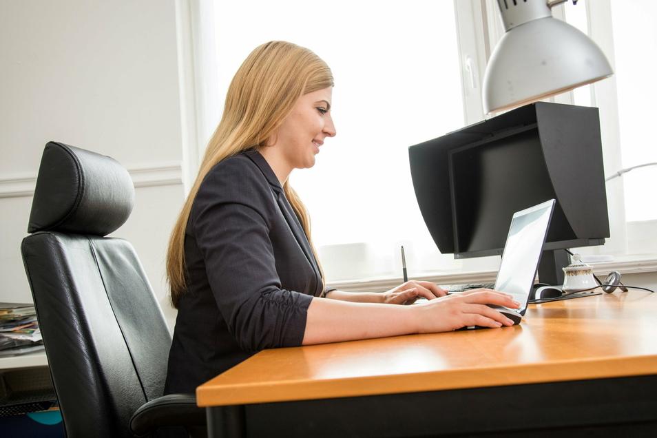 Mitarbeiterinnen und Mitarbeiter haben das Recht, von ihrem Arbeitgeber eine Bestätigung zu verlangen, ob personenbezogenen Daten von ihm erhoben werden.