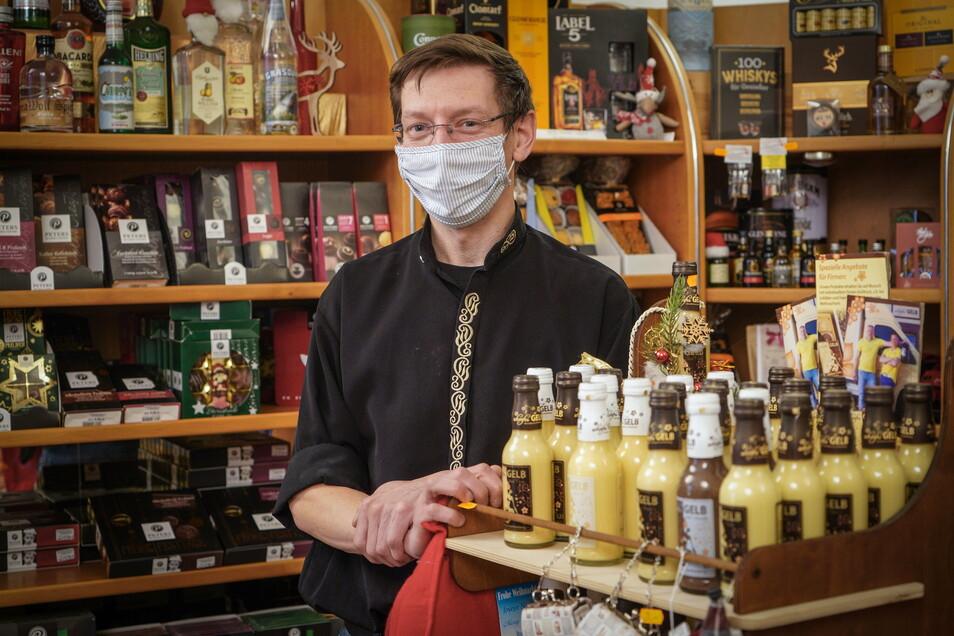 Daniel Polenk darf sein Geschäft in der Inneren Lauenstraße öffnen; er verkauft Pralinen, Getränke und andere - überwiegend essbare - Präsente. Trotzdem berichtet er von hohen Umsatzeinbußen.