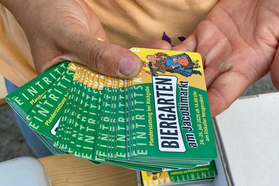 Jeder Besucher bekam gegen einen Pfand von fünf Euro eine der 1.000 Eintrittskarten. Waren alle Karten ausgegeben, mussten neuen Gäste warten.
