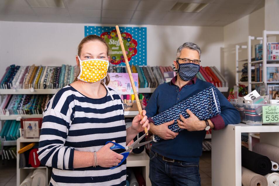 """Keine Chance für Viren: Anja Zimmer-Schröder, Chefin des Nähladens """"Landfee"""" in Pirna, und Reporter Jörg Stock mit ihren selbst gefertigten Gesichtsmasken."""